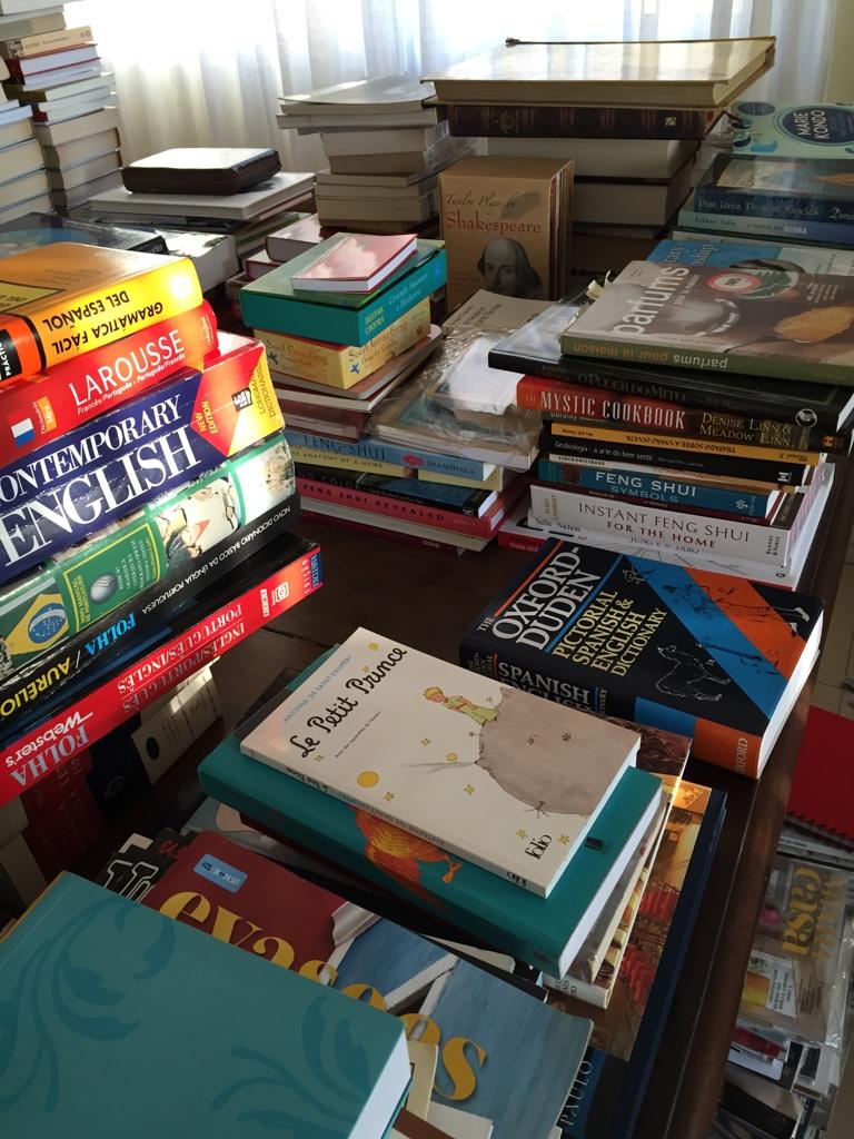 De longe foi a parte mais difícil para mim. Defini o espaço que eles ocupariam e o tipo de livros que eu manteria:Feng Shui, Culinária, Portugal e Fotografia.Os outros foram doados e adotei o Kindle como melhor amigo!