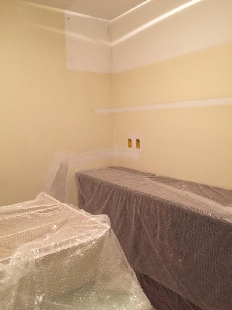 Essa mancha branca na parte superior da parede,marca o local onde havia um maleiro, cheio de coisas paradas