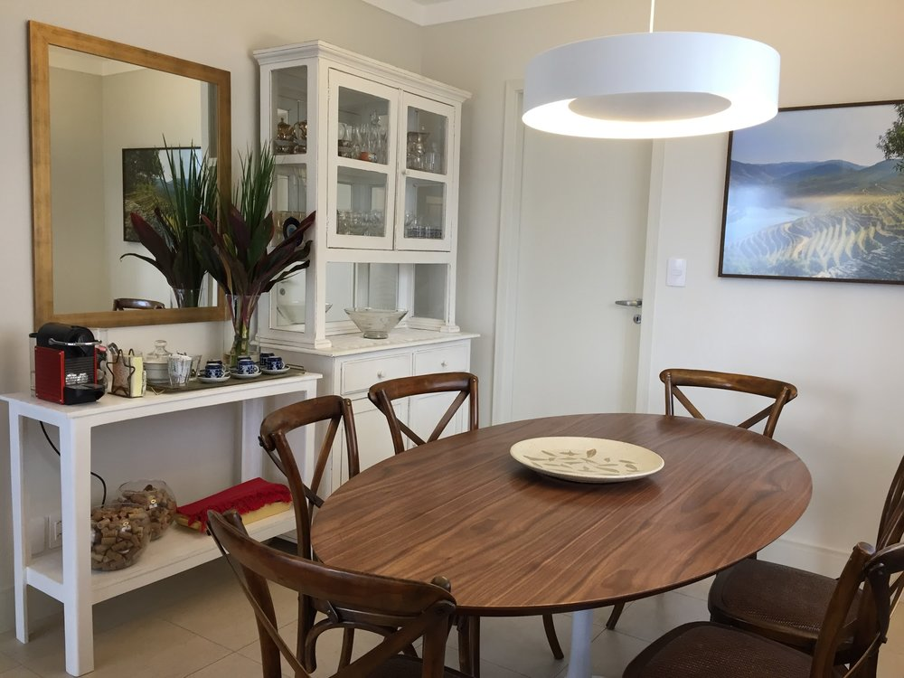 A mesa branca, que morava na lavanderia, ganhou nova camada de tinta e lugar nobre na sala de jantar.Serve de aparador e de apoio para máquina de café.