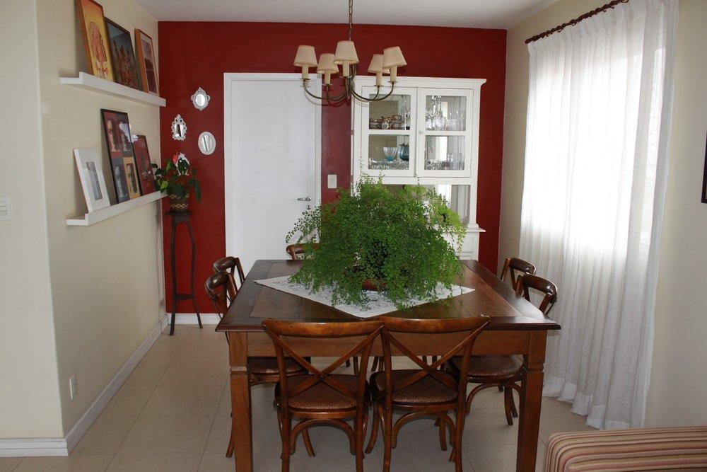 Antes, a grande mesa deixava pouco espaço para circulação.
