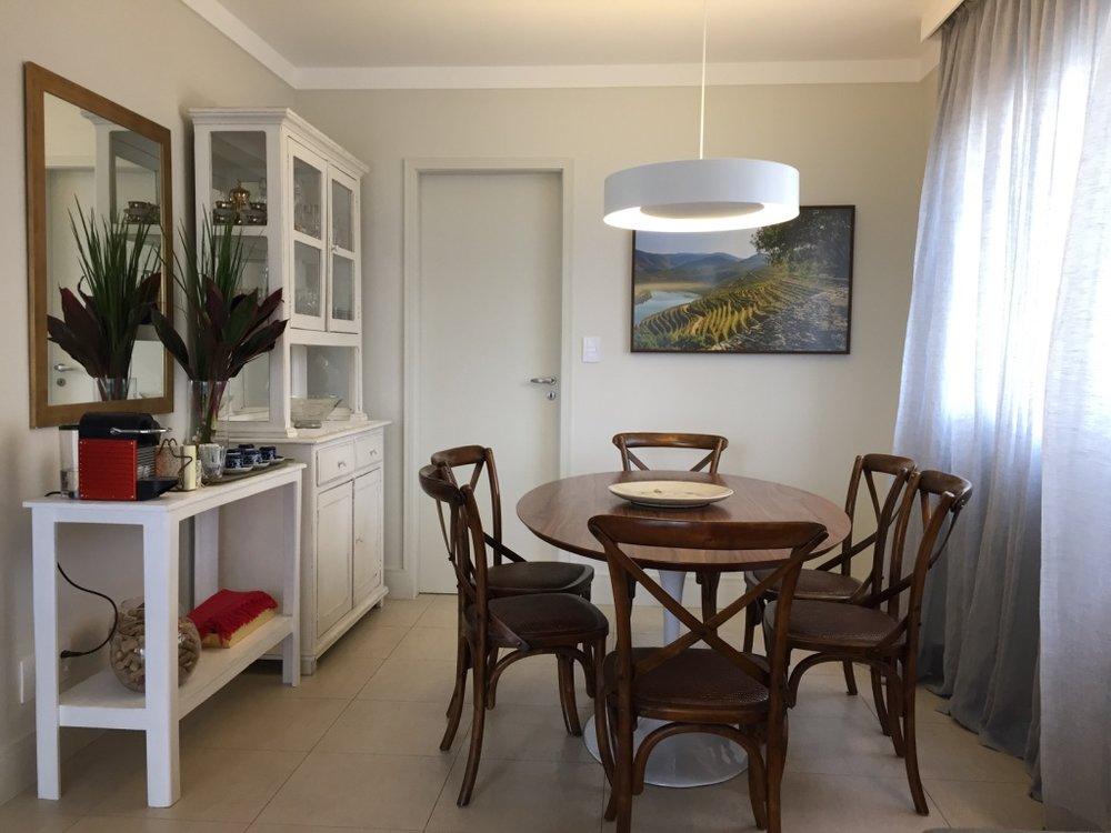 Depois, a mesa menor, a nova disposição dos móveis e as cores mais claras,trouxeram leveza e funcionalidade ao ambiente.
