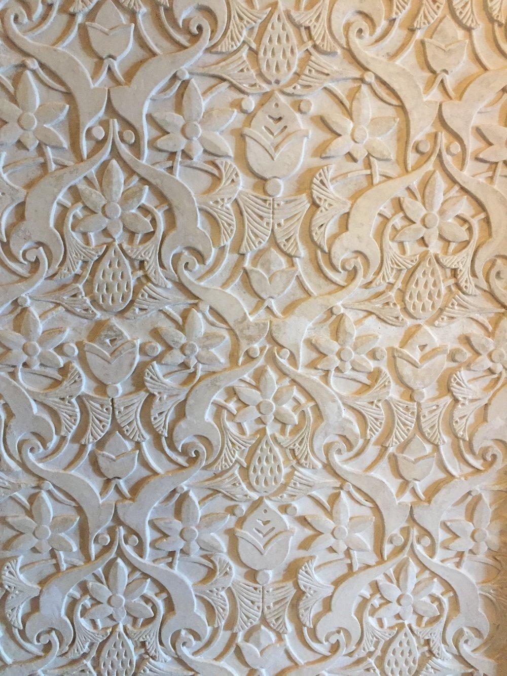 ....e nas paredes, conferem um ar delicado e feminino ao Palácio, mesmo com dimensões monumentais.