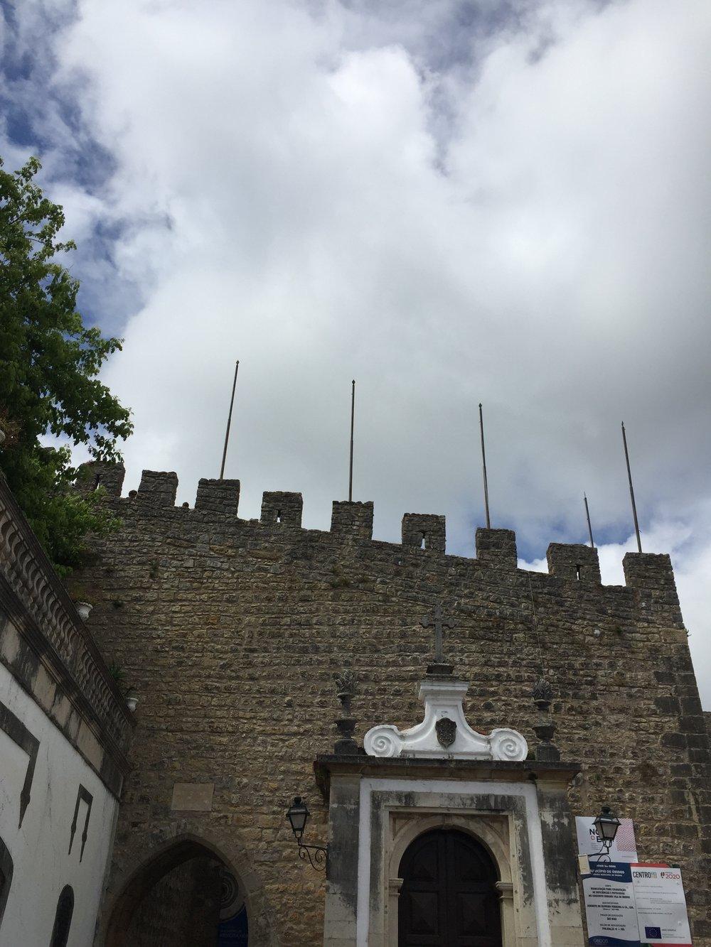 As muralhas que aprisionam,também nos protegem. Por cima delas,podemos enxergar ao longe.É possivel fazer aqui uma associação com o papel da família em nosso desenvolvimento.