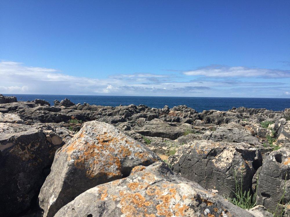 Dia de céu azul e mar calmo.