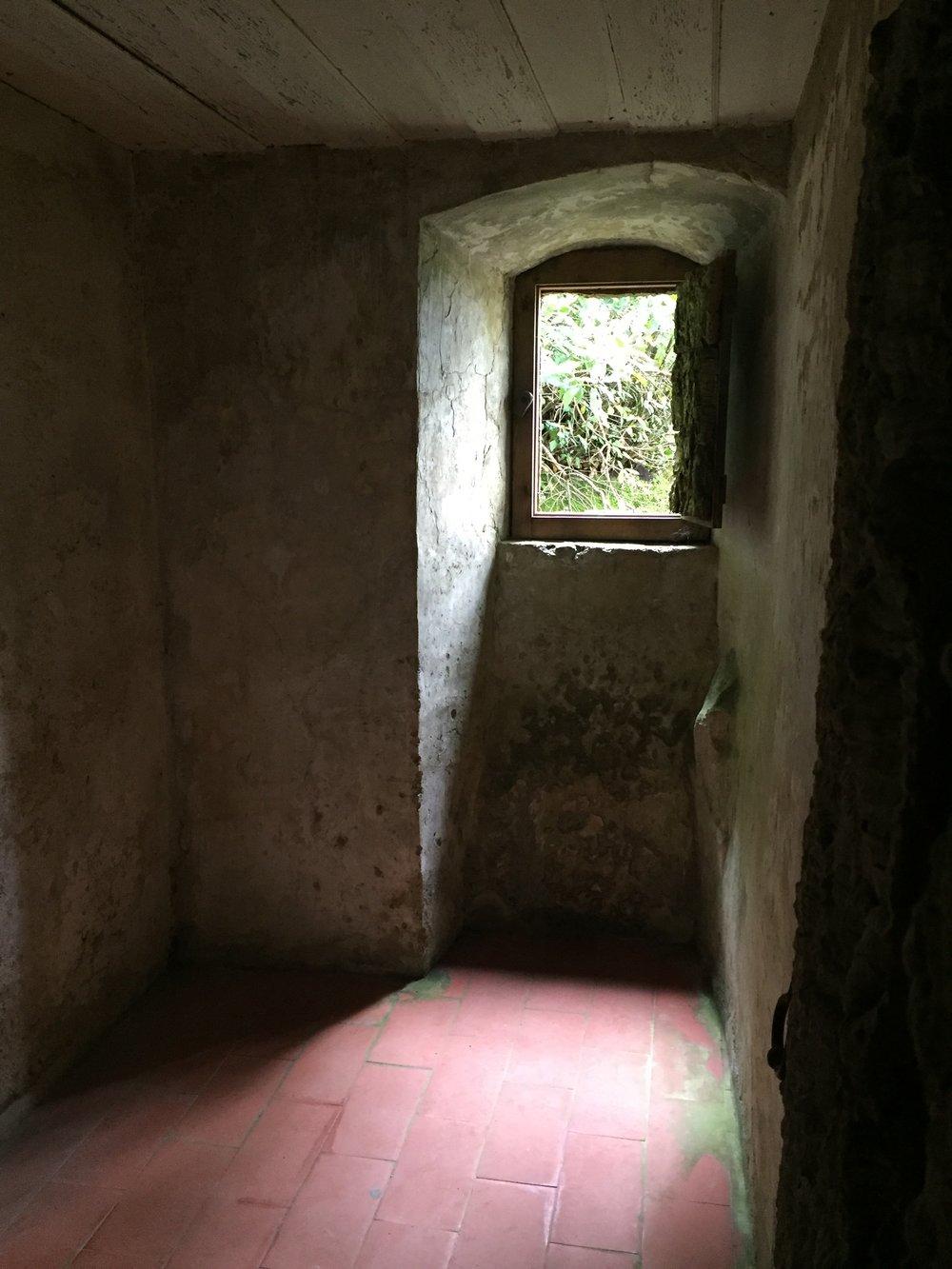 Desprovido de qualquer tipo de ostentação (a não ser a densa natureza a volta)as pequenas celas dos Capuchos são o retrato do desapego.