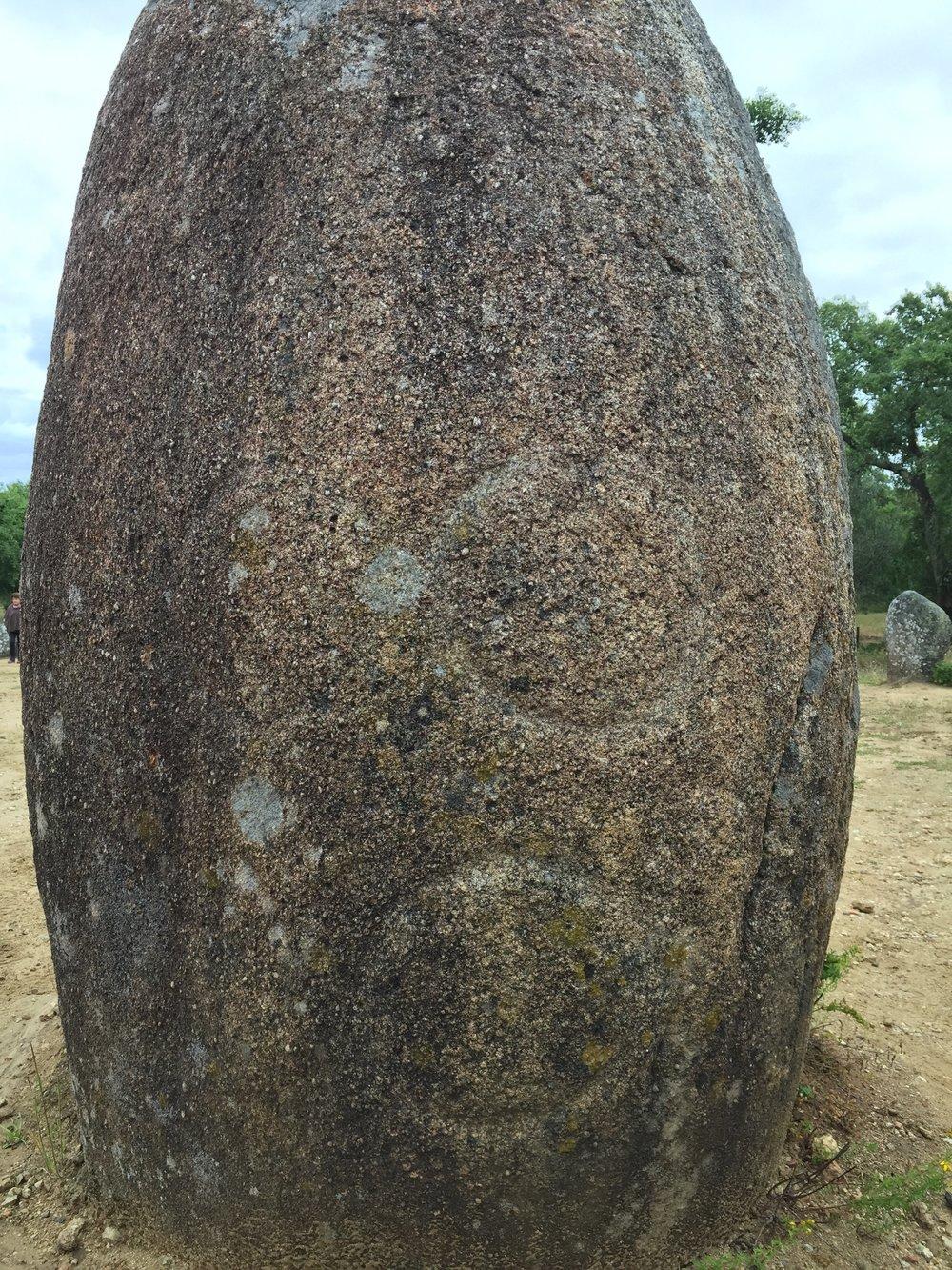 Menir com inscrição pré-histórica