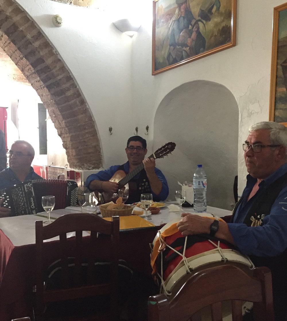 Grupo Musical Amigos do Guadiana, alegrou nosso almoço, com o cante alentejano.