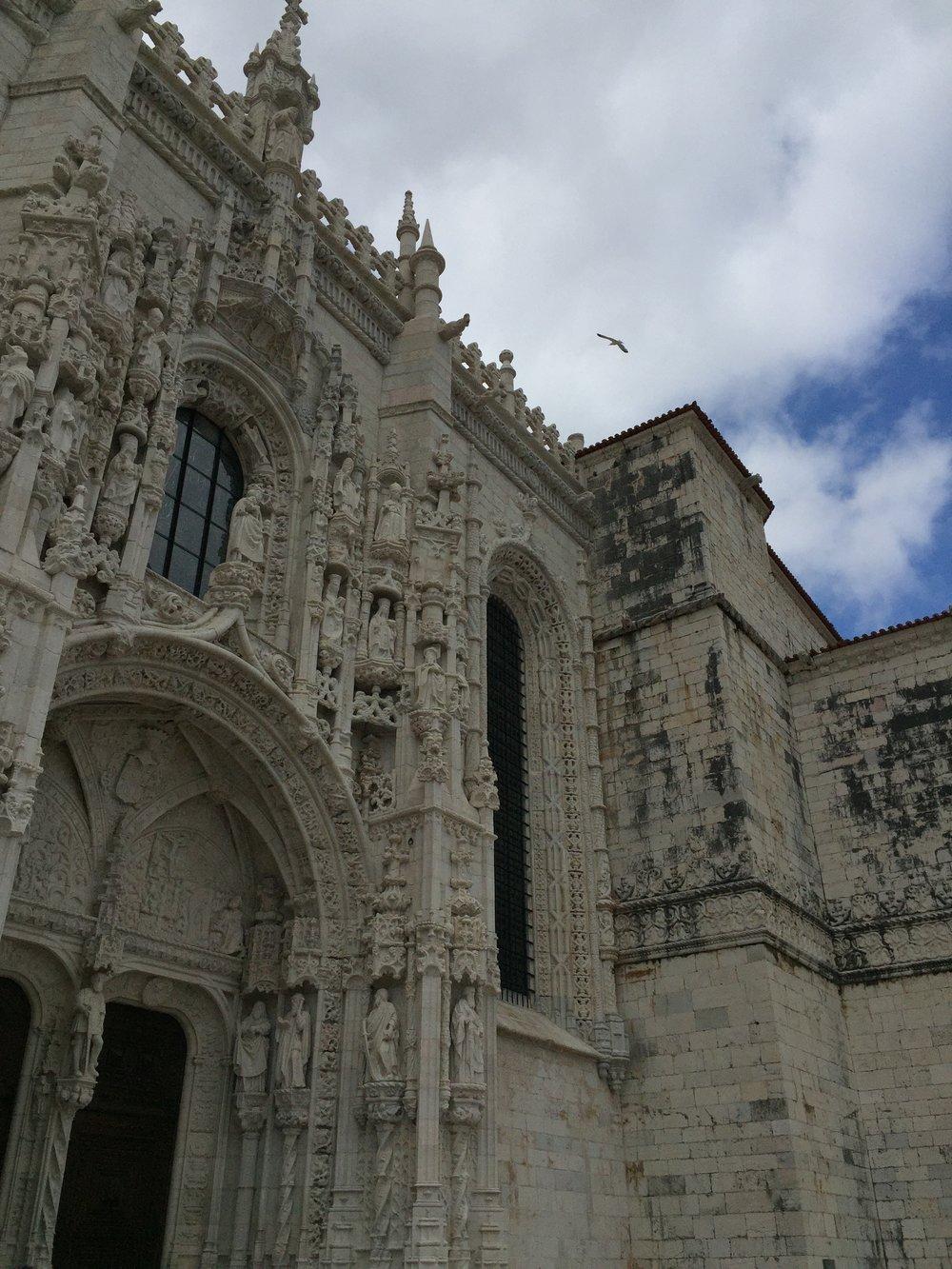 O lindissimo Mosteiro dos Jerônimos, uma pérola do estilo Manuelino, tem em sua arquitetura símbolos das navegações,como:cordas, esferas armilares, rosa dos ventos e tantos outros ícones náuticos.