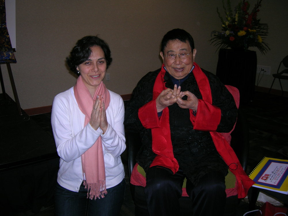 """Nesse Seminário em Calgary, no Canadá, conheci o Prof. Lin Yun. Aulas em chinês, com tradução simultânea para inglês. O gesto que ele faz com as mãos, na foto, chama-se """" Blessing Mudra """". Lembra uma flor de lótus. Ele ficou muito feliz em ter uma brasileira na turma!"""