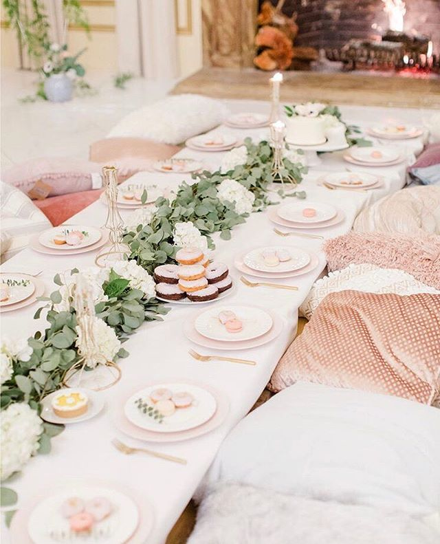 Grown-up #sleepover? YES please! There is no way you can go wrong with mini #donuts 🍩 and a little 🍾-popping. This is the perfect setup for a #bacheloretteweekend with your #girlsquad 💋💫 ⠀⠀⠀⠀⠀⠀⠀⠀⠀ ⠀⠀⠀⠀⠀⠀⠀⠀⠀ 📸 via @annakahern