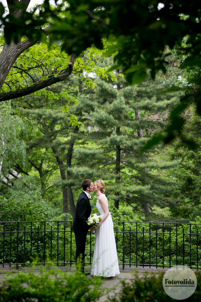 Bride and Groom kiss in Shakespeare Garden