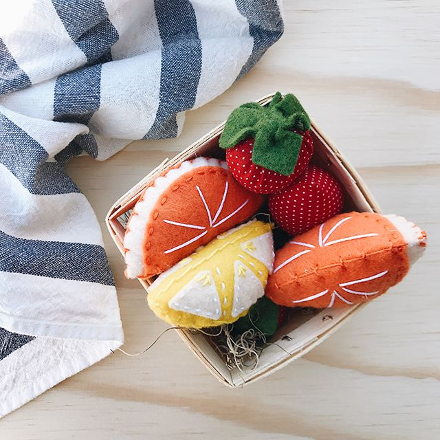 There's almost nothing more adorable and wonderful for imaginative play than felt foods, but add in this little wooden basket and the hand stitched details on these pieces and this set of handmade felt fruit is truly beyond words!! 🍋🍊🍓 Available in the shop now through a special collaboration with our friends @feltfarmers, these fruit baskets would make a perfect holiday gift for any little one on your list! 👦🏻👧🏽 Swipe to see more photos (and to marvel over the bold colors and beautiful details) and shop through the link in our bio! 🎄🎁🤶🏼