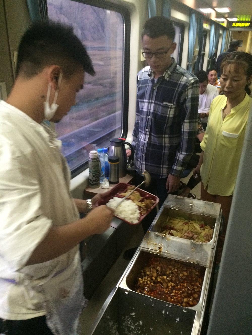 单身客或不想到餐厅用餐,可购买餐饮车的餐盒,但选择不多,而且来到你的车厢,饭菜也可能已经凉了。