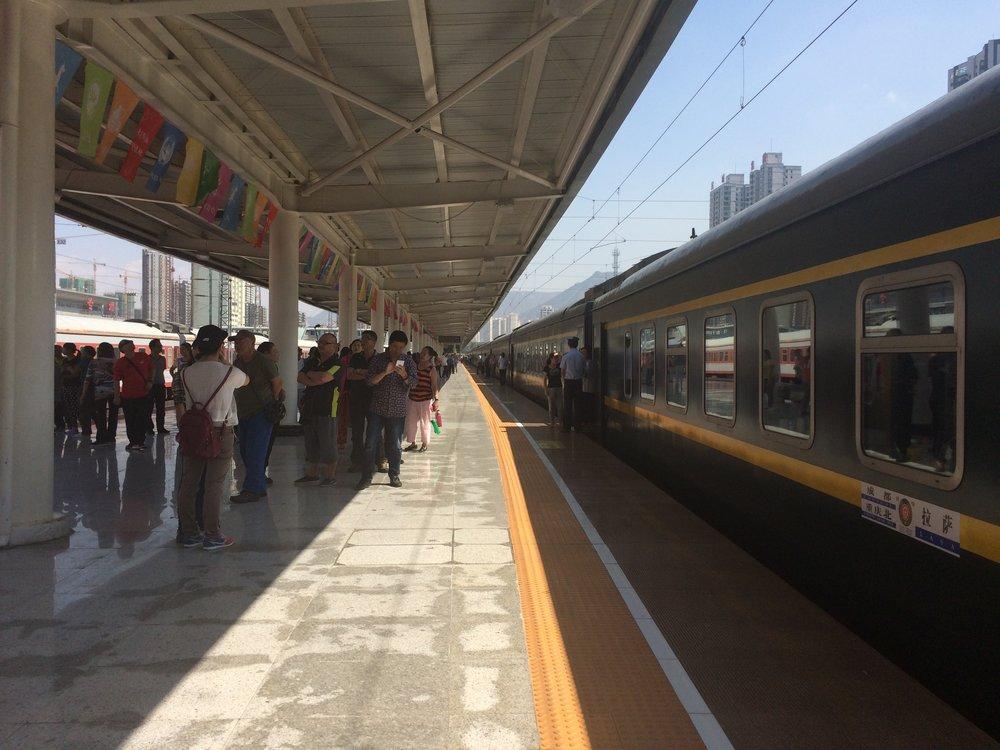 每到一个大站,列车都会停留个几分钟让大家下车松松骨头。