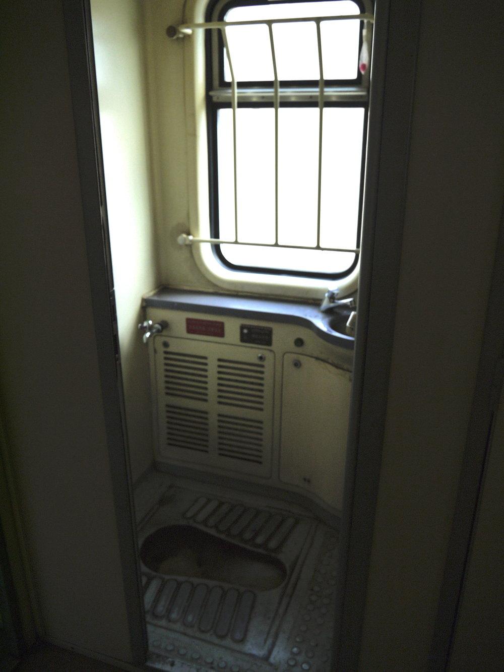 厕所...卫生水准可想象...车厢内没有淋浴设备,三天两夜请备好湿纸巾!