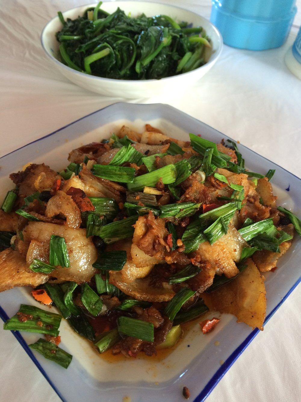 返拉萨途中 I 从珠峰回到拉萨途中便渐渐找到川菜馆了。回锅肉配饭吃,最滋味的中菜呀!
