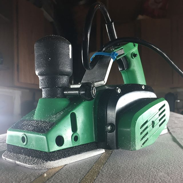 Hitachi P20SB planer modification. Ergonomic handle and cord reposition, 1/2 turn to full open knob, replaced steel with new brass threading, auto-zeroing spring, softened shoe, additional clearance on belt side. Real good for mowing foam... and not much else. If ya know, ya know. Ya know? #pvc #rhinoliner #plastidip