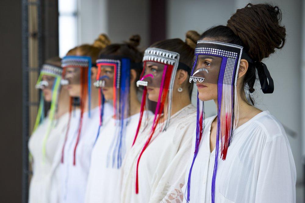 De fem musikere har hver fået skræddersyet en masse af kunstneren Damselfrau. Foto: Louise Korsgaard