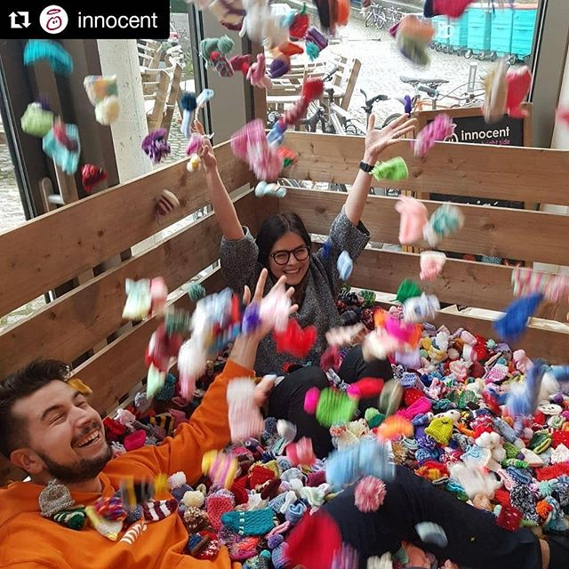 Hands up if you want to get involved ✋ ✋ ✋ ✋ ✋ ・・・ #Repost @innocent (@get_repost) ・・・ We'd love it if you could knit us some little hats. Partly because they make an excellent ball pit. Mostly because they raise money for @age_uk