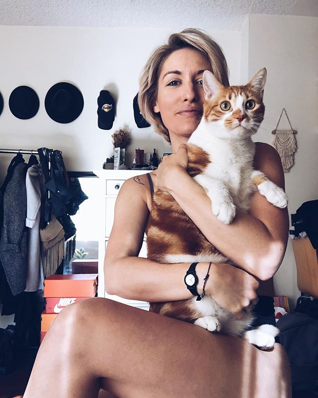 We cute 💁🏼♀️🐈 (swipe for BTS). . . . #friday #cat #cats #kitten #tabby #tabbycat #weekend #love #pets #blonde #smiles #babycat #cuties #happy #glow #cheddar #vsco #vscocam #losangeles #goodmorning