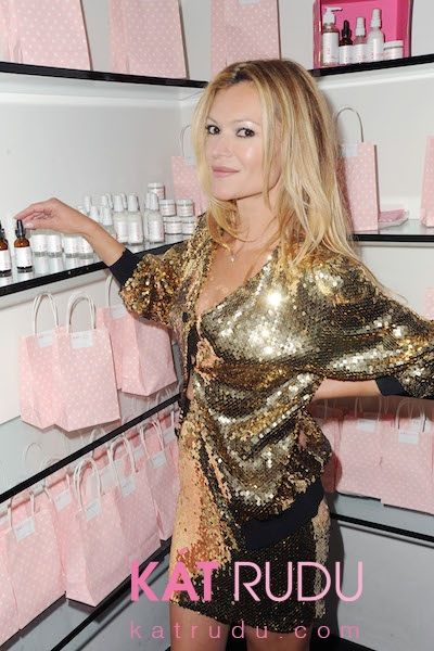No, this is not Kate Moss.  Uncanny, right?!  It's Kat Rudu.  And she's about to make you look 10 years younger.