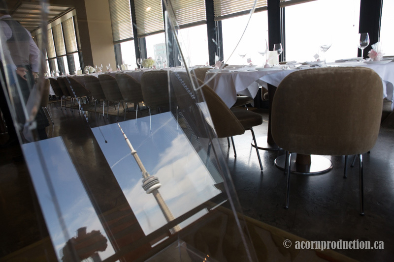 02-canoe-restaurant-toronto-wedding-cn-tower-reflection