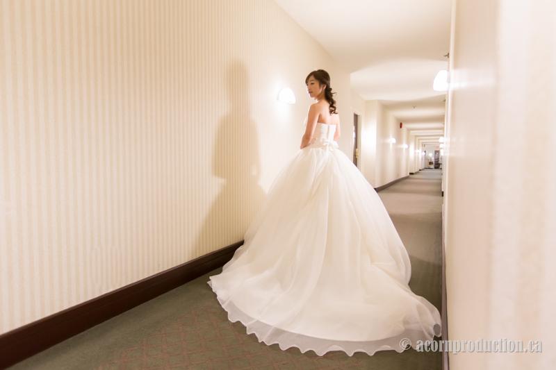 08-bride-sheraton-parkway-hotel-hallway
