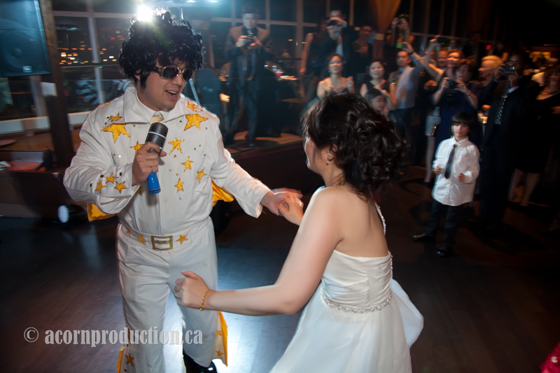 groom-dress-as-elvis-dance-with-bride