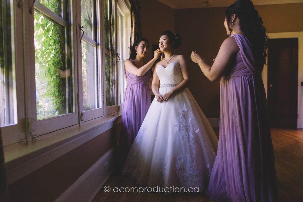 bridesmaid-helping-bride