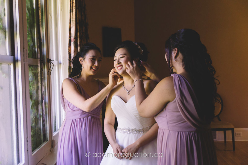 bridesmaid-helping-bride-ear-rings