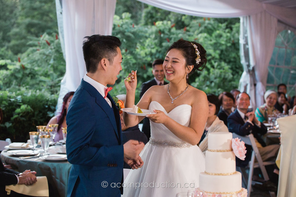 bride-feeding-cake-groom