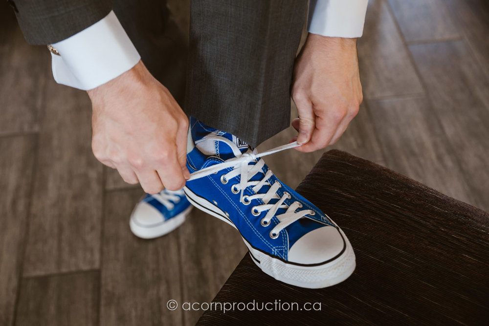 groom-tieing-shoe-laces-converse