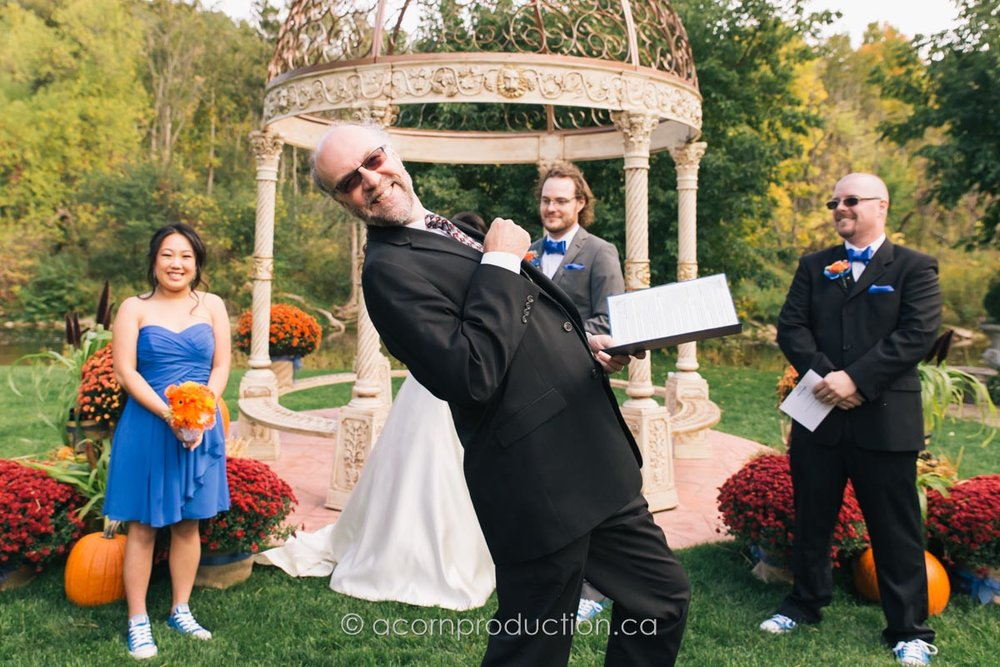 wedding-officiant-photo-bomb