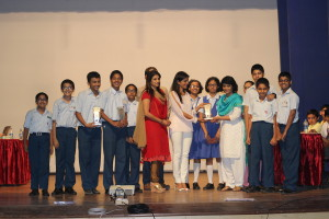 FSQL 2015 - school champions Symbiosis receiving their trophy from actress Sonali Kulkarni