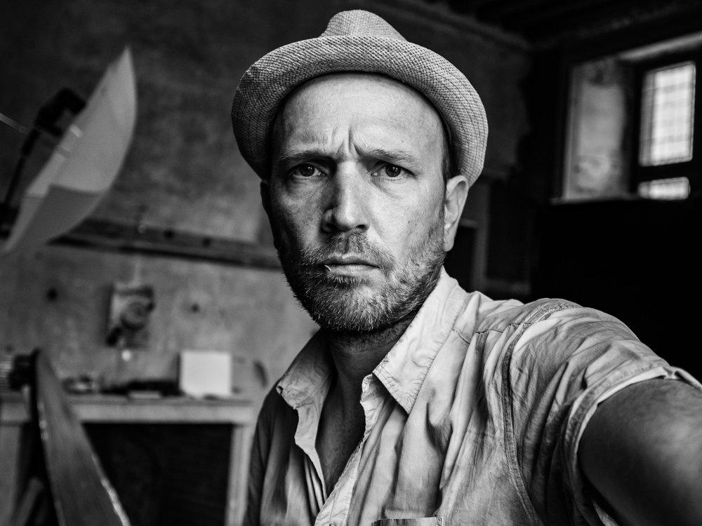 HELLO - Situé à Ducey, entre Avranches et St Hilaire du Harcouët dans la Manche, Neil Grant est le photographe professionnel pour vos portraits.