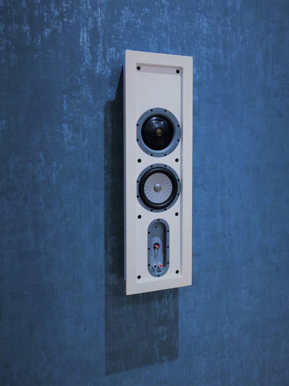 """More than just a work of art... The Monitor Audio SoundFrame is the perfect fit for any room where hi-fi sound quality must blend seamlessly into the room design. It incorporates 3 way full-range sound featuring a 4"""" mid-range/1"""" tweeter module and a 6.5"""" bass driver"""