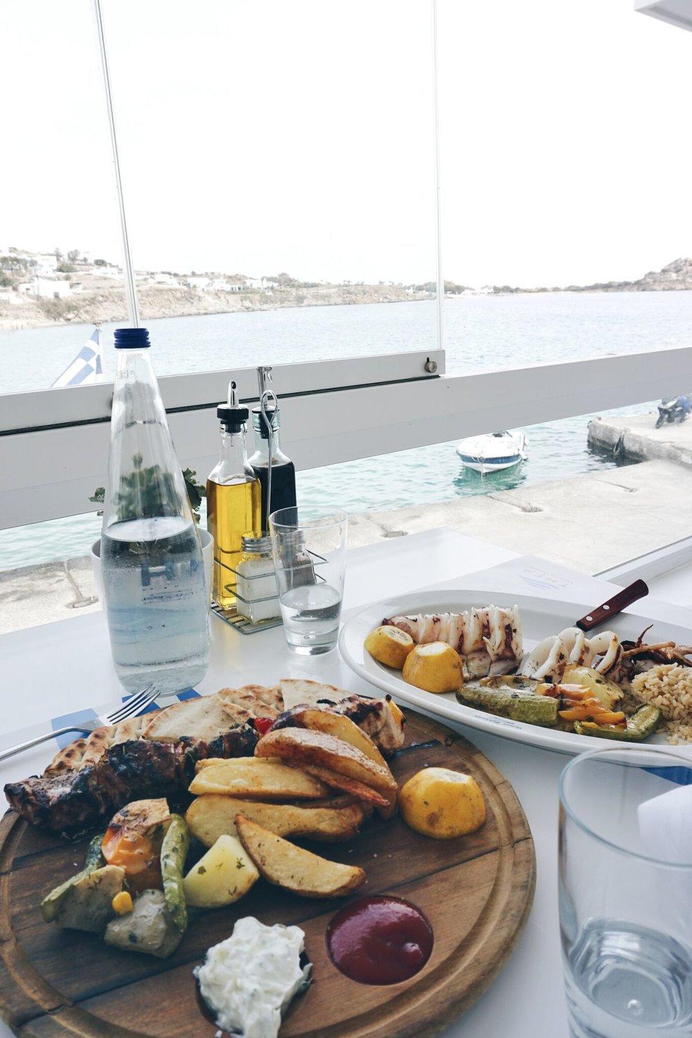 Thea Restaurant in Platis Gialos had a beautiful view, friendly staff and fresh food