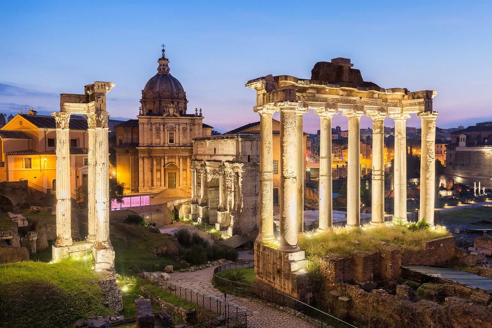 Das beleuchtete Forum Romanum kurz vor Sonnenaufgang