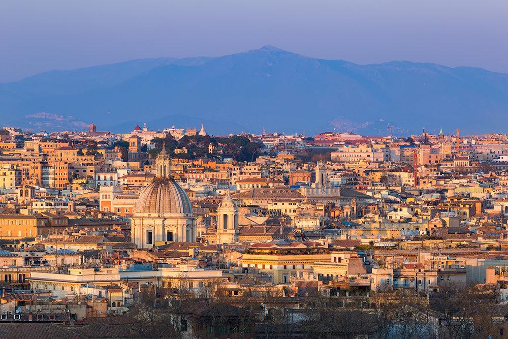 Die Abendsonne taucht die Ewige Stadt in warmes Licht