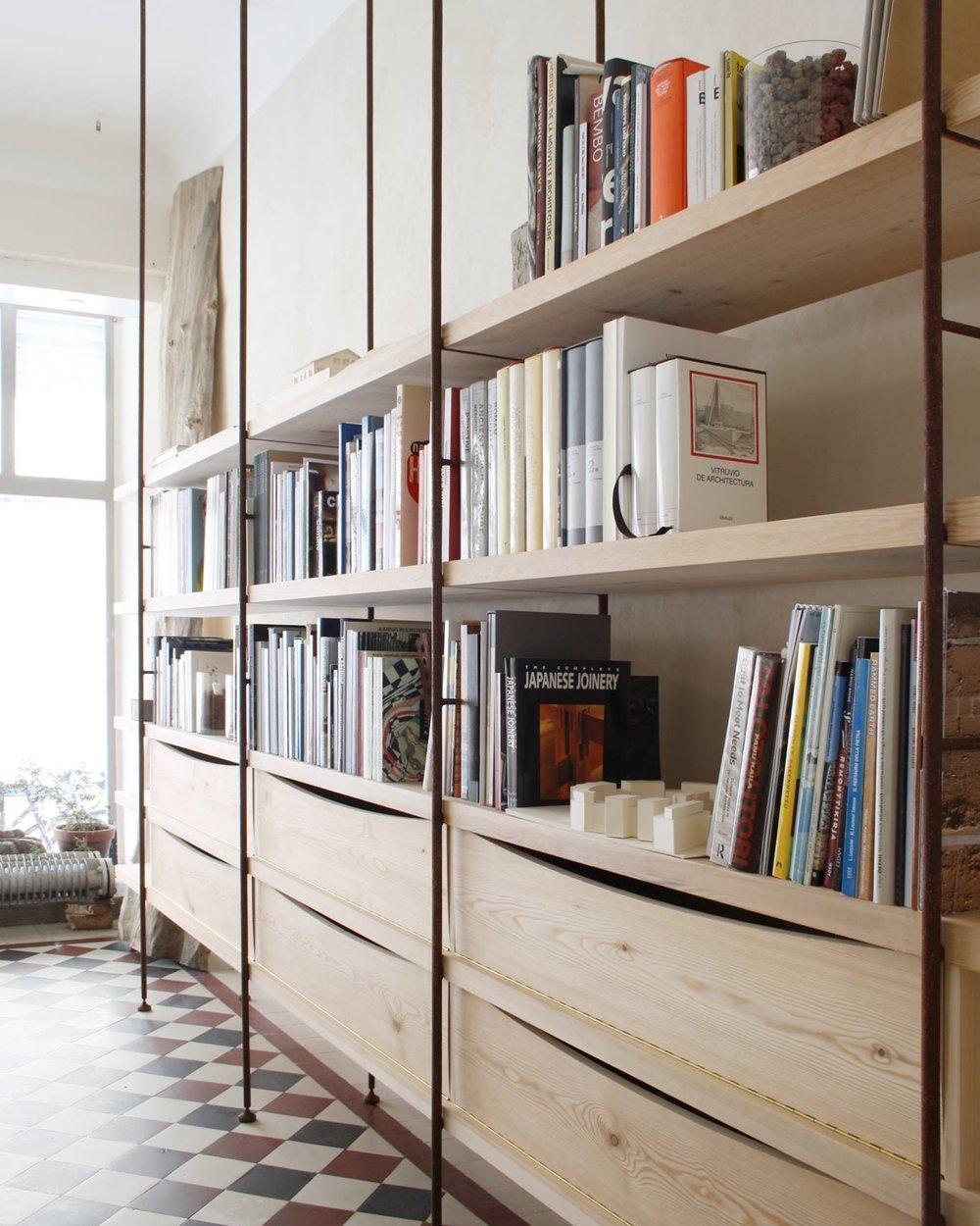 Mittatilaustyönä tehty kirjahylly.Puuosat: Wooden.Suunnittelu ja valokuva: Collaboratorio.Metalliosat: Jyrki Eklund.