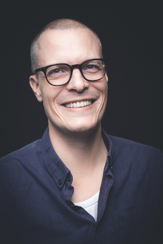 Tandlæge Lars Ditlev Christensen   Klinikejer, tilknyttet klinikken siden 2017  Lars er født i 1976 og er uddannet fra Købehavns Tandlægeskole i 2003.  Lars udfører alt almindeligt tandlægearbejde med særlig interesse for tandlægeskræk og kosmetisk tandpleje.