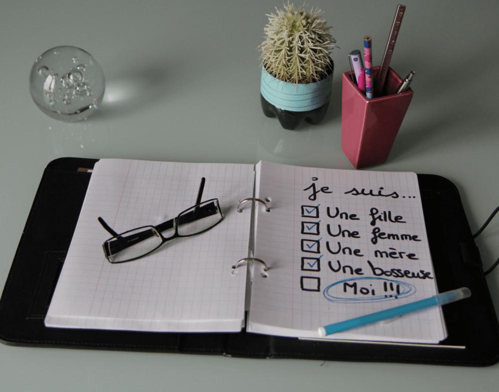 Mon planner est un simple classeur. J'y consigne principalement des listes personnelles : wishlists, projets couture...