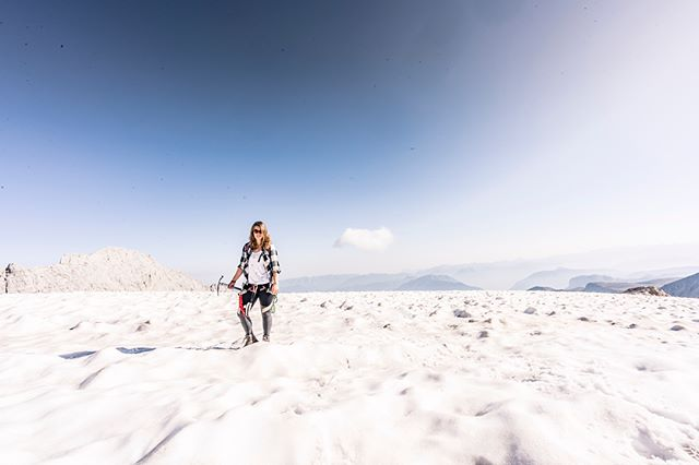 Quick getaway at the amazing @dachstein_salzkammergut 😍 climbed up to the top at 2995 m and hiked across the glacier to @simonyhutte and found the most amazing mountainlake 😍 why go so far away when its all just outta your front door? 🧗🏽♀️🌍🤸🏼♂️🏔 😁 photocredit: @pointofviewfoto #dachstein #wildchildcommunity #bergflitzer #dachsteinmassiv #austrianalps #glacier #discoveraustria #anotherpeak #shotgun #lovemyhome #pointofview #roberherbst #pov