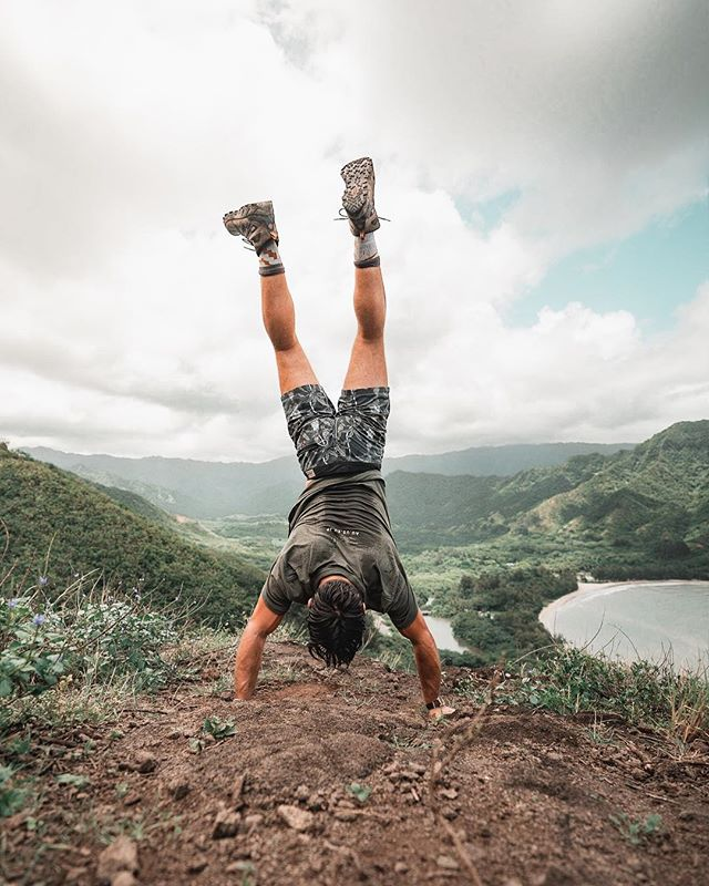 Put your feet in the air if you're excited for summer weather! Needing some hikes like this back in my life soon! (*note to self: add work on handstand form to the list of things to do after knee heals 😅🤙🏼)
