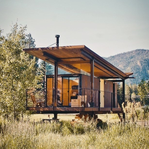 Happy #smallspacemonday all 😉 This is one of Olson Kundig's Rolling Huts in Mazama, Washington. Really love the transparency of this design, it feels so connected to the landscape! Hope you all have a lovely week, I for one am already looking forward to the four day weekend!!