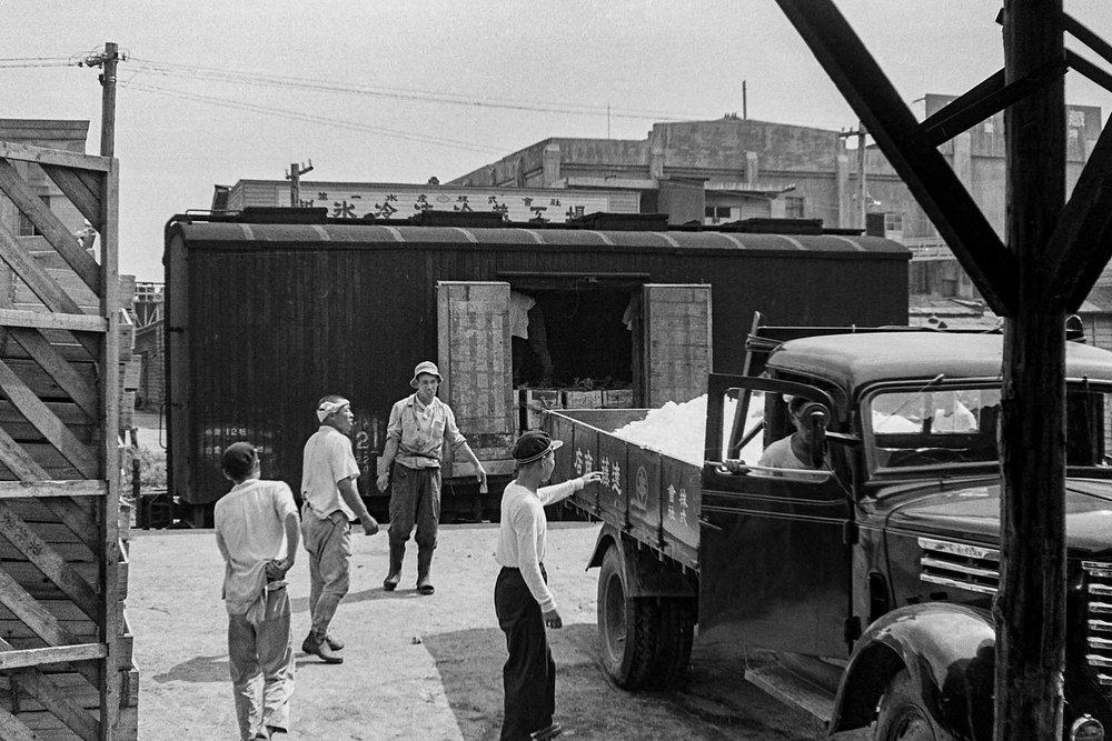 562- Loarding Ice onto Rail Car