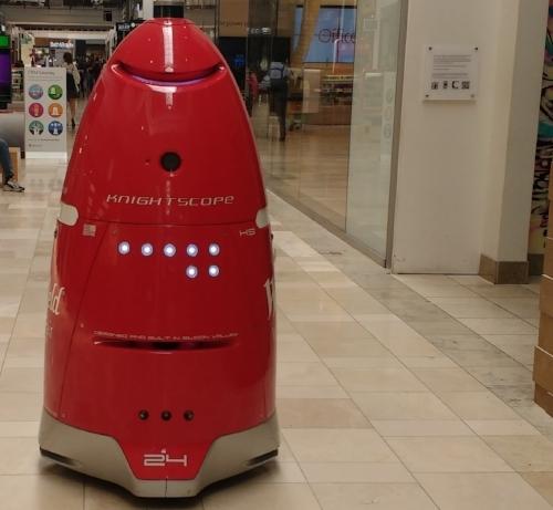 Dieser Wachroboter erinnert an die Daleks aus der britischen Sci-Fi-Serie Doctor Who. Vielleicht ist er mir deshalb suspekt.