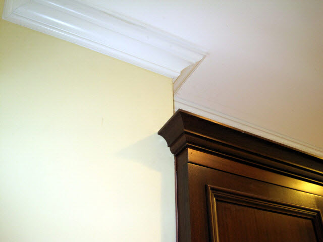 crown-moulding-detail-on-stained-quarter-sawn-sapelle-kitchen-cabinets-14.jpg