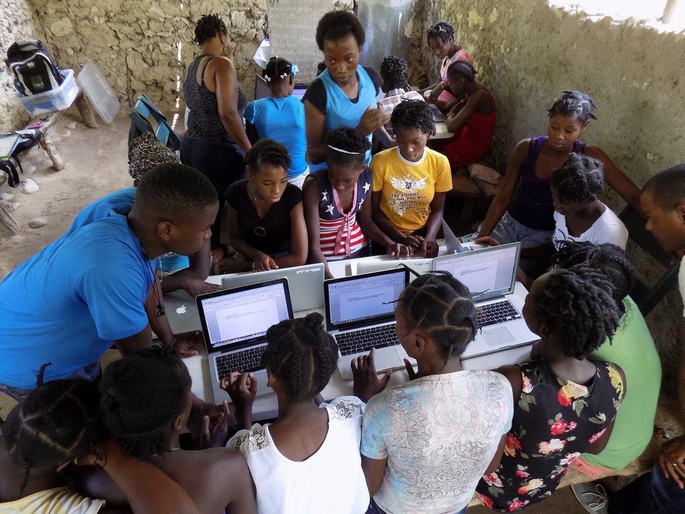 Nos laboratoires informatiques mobiles enseignent des compétences informatiques aux filles qui, autrement, n'auraient pas accès aux ordinateurs; compétences indispensables à un parcours professionnel.