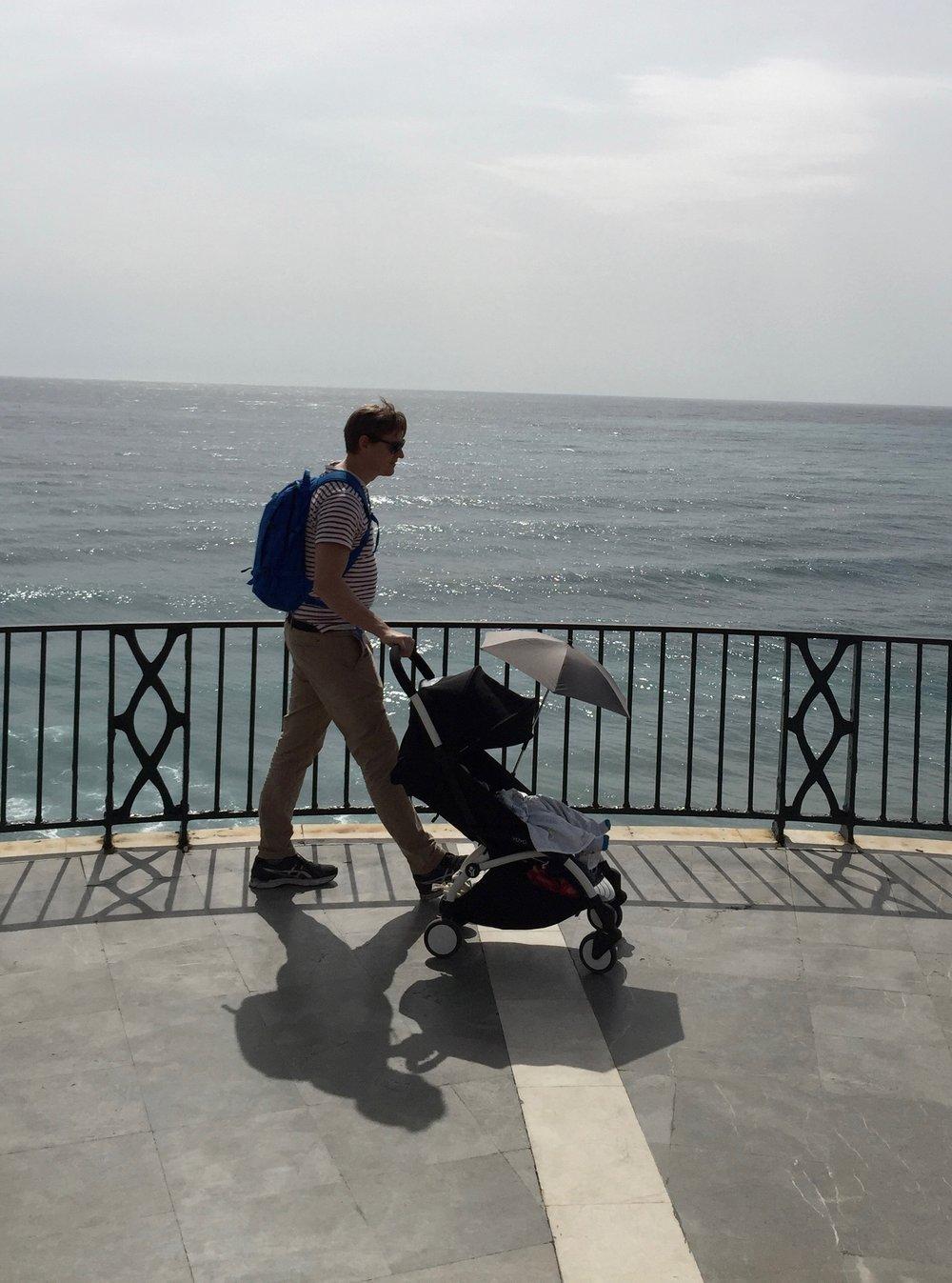 Heta lähetti kuvan Espanjasta: aurinkovarjo on ihan toimiva! Ja mieskin kehuu rattaiden liikkuvuutta.
